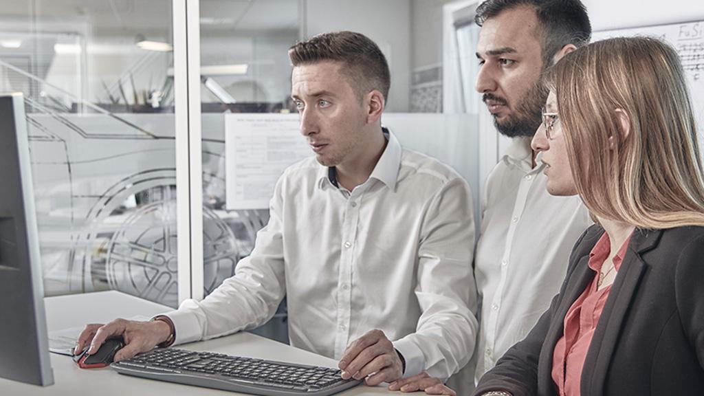 ATEEL Gruppe schaut auf PC Monitor